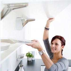 Więcej przestrzeni w kuchni dzięki okuciom. Fot. Häfele