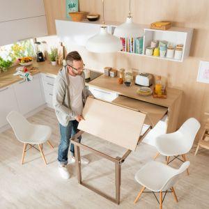 Dodatkowa przestrzeń w kuchni: blat wysuwny. Fot. Häfele