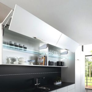 Dodatkowa przestrzeń w kuchni: podnośnik Free fold. Fot. Häfele