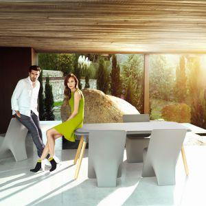 Zaprojektowana przez Karima Rashida kolekcja mebli Sloo idealna do ogrodu czy na taras. Fot. Vondom/ Galeria Heban