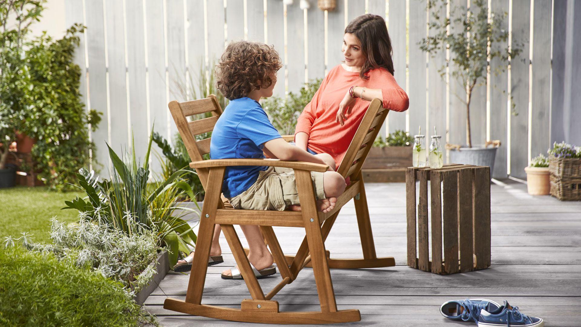 Innowacyjna ławka na biegunach zapewnia miejsce dla dwóch osób, które mogą siedzieć obok siebie lub naprzeciwko. Fot. Tchibo