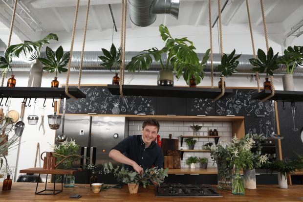 Promowanie dobrego jedzenia to jego życiowa misja. A gotowanie to zabawa w odkrywanie smaków, która nigdy się nie kończy. Grzegorz Łapanowski opowiada nam o swojej pracy i idealnym przepisie na wnętrze.
