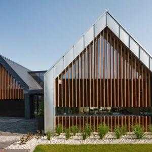 Przeszkolona w całości elewacja szczytowa została ozdobiona drewnianym wykończeniem, co daje niezwykły efekt dekoracyjny i zapewnia pewną dozę prywatności. Fot. Tomasz Zakrzewski