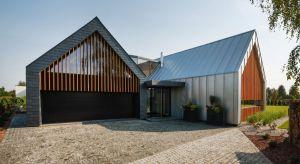 Dom miał być przestrzenny i komfortowy, maksymalnie otwarty na otaczający ogród i nowoczesny. Wyzwaniem dla architektów były też wymogi plany zagospodarowania przestrzennegozwiązane z kształtem dachu i maksymalną wysokością domu.