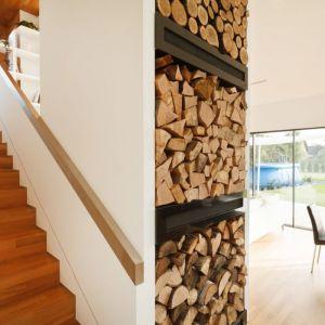 Miejsce do przechowywania drewna jest tu szczególnie wyeksponowane - ma być pełnoprawnym elementem ozdobnym. Fot. Tomasz Zakrzewski