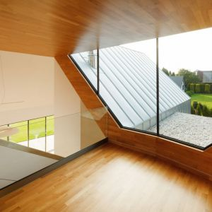 Aby budynek był wygodny, wszystkie strefy niezbędne do codziennego funkcjonowania zlokalizowano na parterze, pozostałe stanowiące funkcje dodatkowe, na piętrze. Wnętrza utrzymane w dwukolorowej, ciepłej stylistyce stanowią swoisty kontrast dla chłodnych materiałów elewacyjnych. Fot. Tomasz Zakrzewski