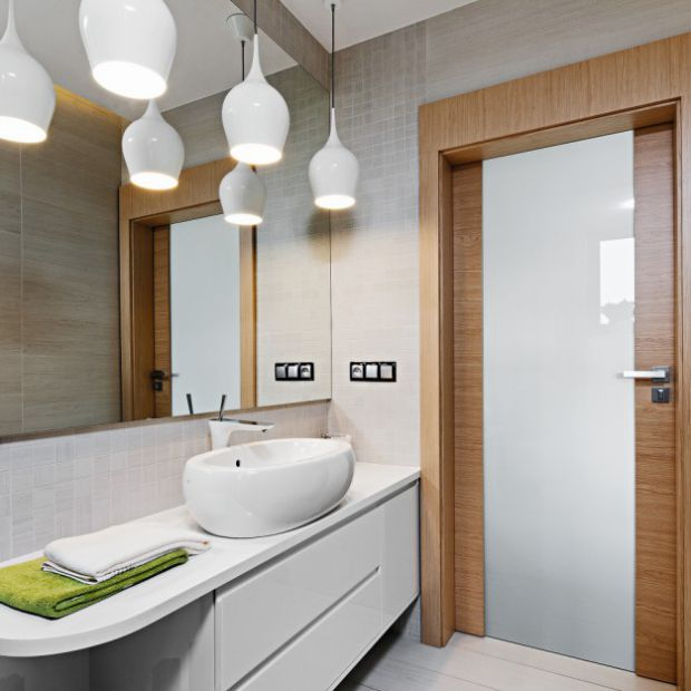 Łazienka w jasnych kolorach ocieplona drewnem - gotowe projekty