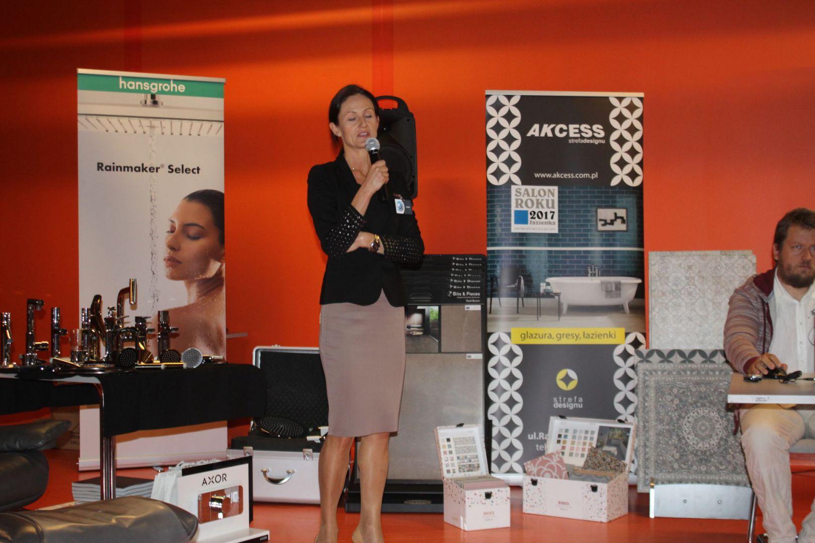 Na scenie Magdalena Szugzda, reprezentująca partnera głównego spotkania, Salon Wyposażenia Wnętrz Akcess w Białymstoku