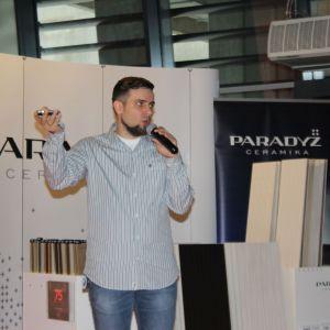 Partnerem głównym wydarzenia była także marka Ceramika Paradyż. Na zdjęciu Piotr Stępniak, specjalista ds. szkoleń Ceramiki Paradyż, opowiada o makro- i mikrotrendach w urządzaniu wnętrz