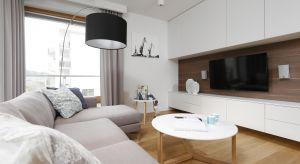 Cegła, tynk dekoracyjny, fornir, a może po prostu farba? Jak wykończyć ścianę za telewizorem?