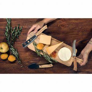 Deska do serów z trzema nożami. Fot. BRW