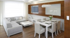 Otwarta strefa dzienna sprzyja wspólnemu spędzaniu czasu w rodzinnym gronie. Jasne kolory i dodatek drewna gwarantują aranżacji ponadczasowy, zawsze modny wygląd i sprawią, że pomieszczenia są wyjątkowo przytulne.