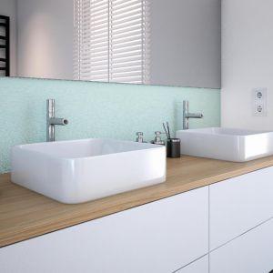 Beckers Designer Kitchen & Bathroom w odcieniu Simple w duecie z kojącą bielą White nada pomieszczeniu lekkości, równoważąc we wnętrzu męski i kobiecy styl. Fot. Beckers