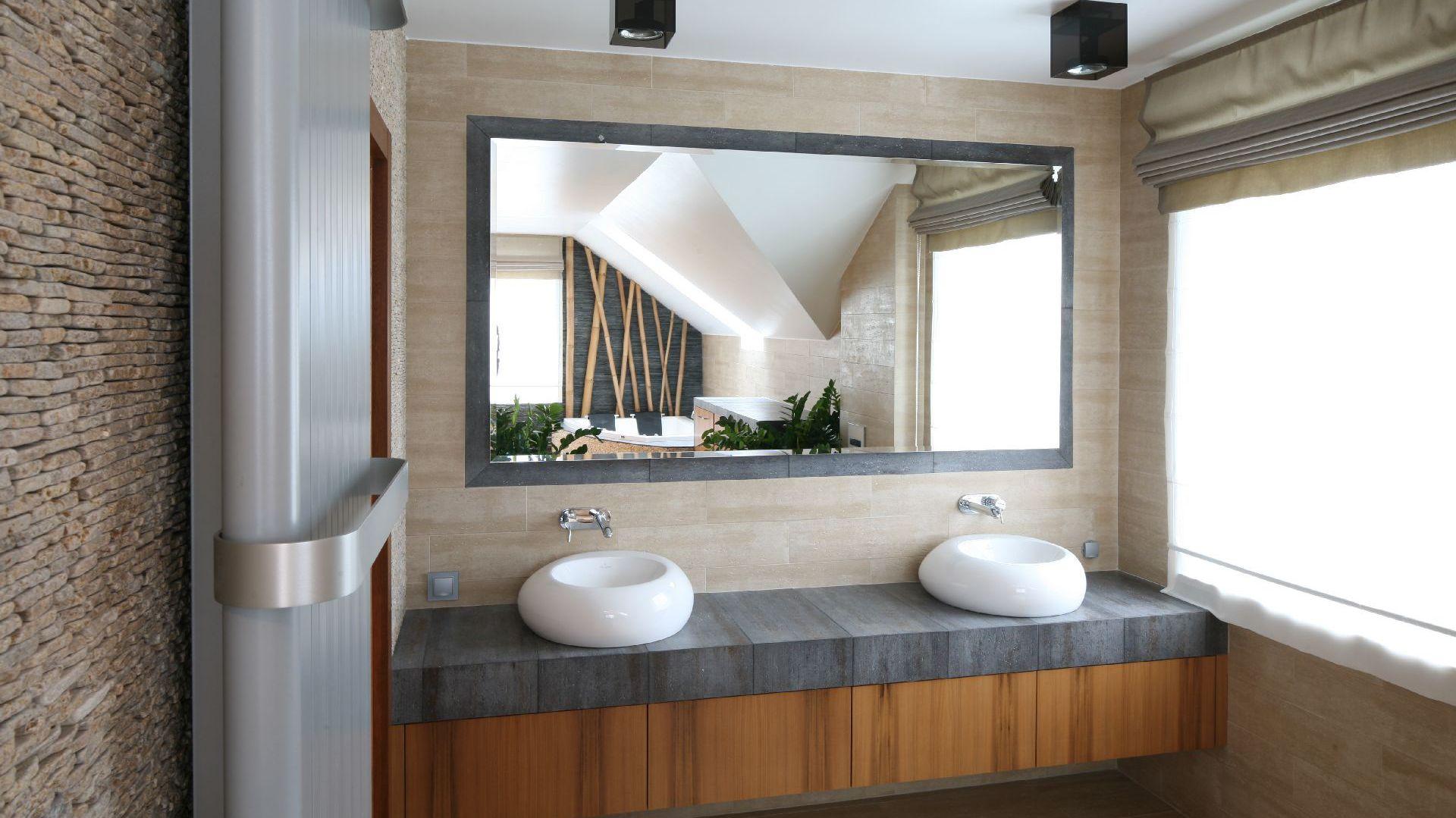 Oświetlenie lustra w łazience. Projekt: Karolina Łuczyńska. Fot. Bartosz Jarosz