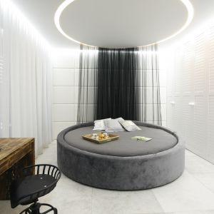 Okrągłe łóżko to mebel dla odważnych. Projekt: Dariusz Grabowski. Fot. Bartosz Jarosz