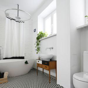 Biała łazienka. Projekt: Ewelina Pik. Fot. Bartosz Jarosz