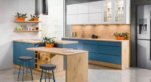 Drewno dobrze prezentuje się z kolorem – nie ma co do tego wątpliwości. Niezależnie czy będzie to subtelna biel, klasyczna szarość, prestiżowa czerń czy intrygujący kolor, zestawienie dekorów drewnianych z modnymi barwami to najlepszy spos�