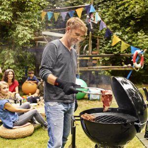 Grill Master-Touch® GBS® umożliwiają grillowanie m.in. dań azjatyckich, pizzy, szaszłyków i całego kurczaka. Fot. Weber