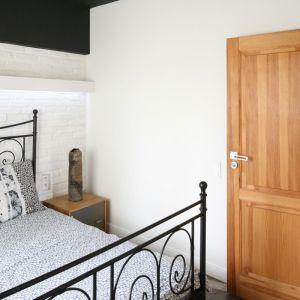 Drewno, metal i jasna ceglana ściana prezentują się tu niezwykle elegancko. Projekt: Dominik Respondek. Fot. Bartosz Jarosz
