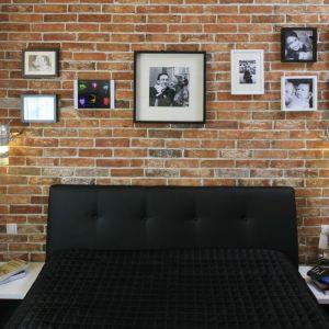 W tej sypialni cegła pozwoliła na wyeksponowanie pięknych biało-czarnych fotografii. Projekt: Agnieszka Bocian. Fot. Bartosz Jarosz