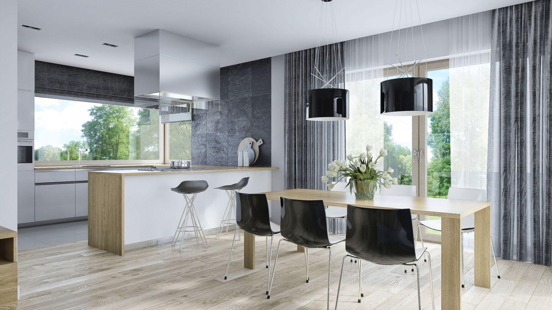 Otwarta kuchnia została od jadalni odseparowana modnym barem. Dom TK 79. Projekt: arch. Tomasz Kałaska. Fot. Architeka Tomasz Kałaska