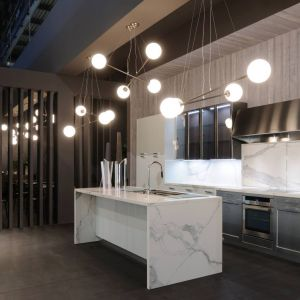 Nowoczesna biała kuchnia. Fot. Home Concept