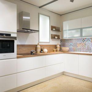 Biała kuchnia z drewnianym blatem. Fot. Home Concept