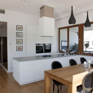 Biała kuchnia bez górnej zabudowy. Fot. Home Concept