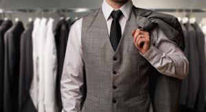 Garnitury na miarę, krawaty, muchy, koszule. Szafa mężczyzny XXI wieku musi być pojemna, ale również stylowa. Podpowiadamy, jak wybrać gustowne meble, które pomieszczą wszystkie niezbędne akcesoria nowoczesnego faceta.