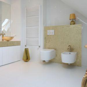 Złota mozaika doskonale prezentuje się w białej łazience. Nadaje jej elegancji i szyku. Projekt: Piotr Stanisz. Fot. Bartosz Jarosz
