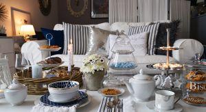 Szklana patera, metalowa miskana owoce, kolorowa waga, bambusowa taca z nóżkami. Takie dodatki doskonale sprawdzą się w każdej kuchni. Są praktyczne i pięknie się prezentują.
