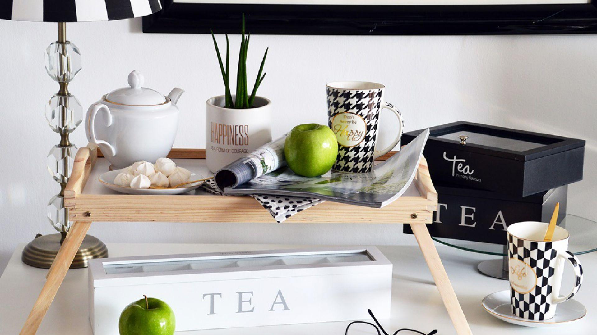 Drewniana taca z rozkładanymi nóżkami łączy w sobie trzy funkcje. Może służyć jako stolik śniadaniowy, stolik pod laptop lub standardowa taca do przenoszenia dań. Cena: 39,99 zł. Produkt dostępny w Emako.pl