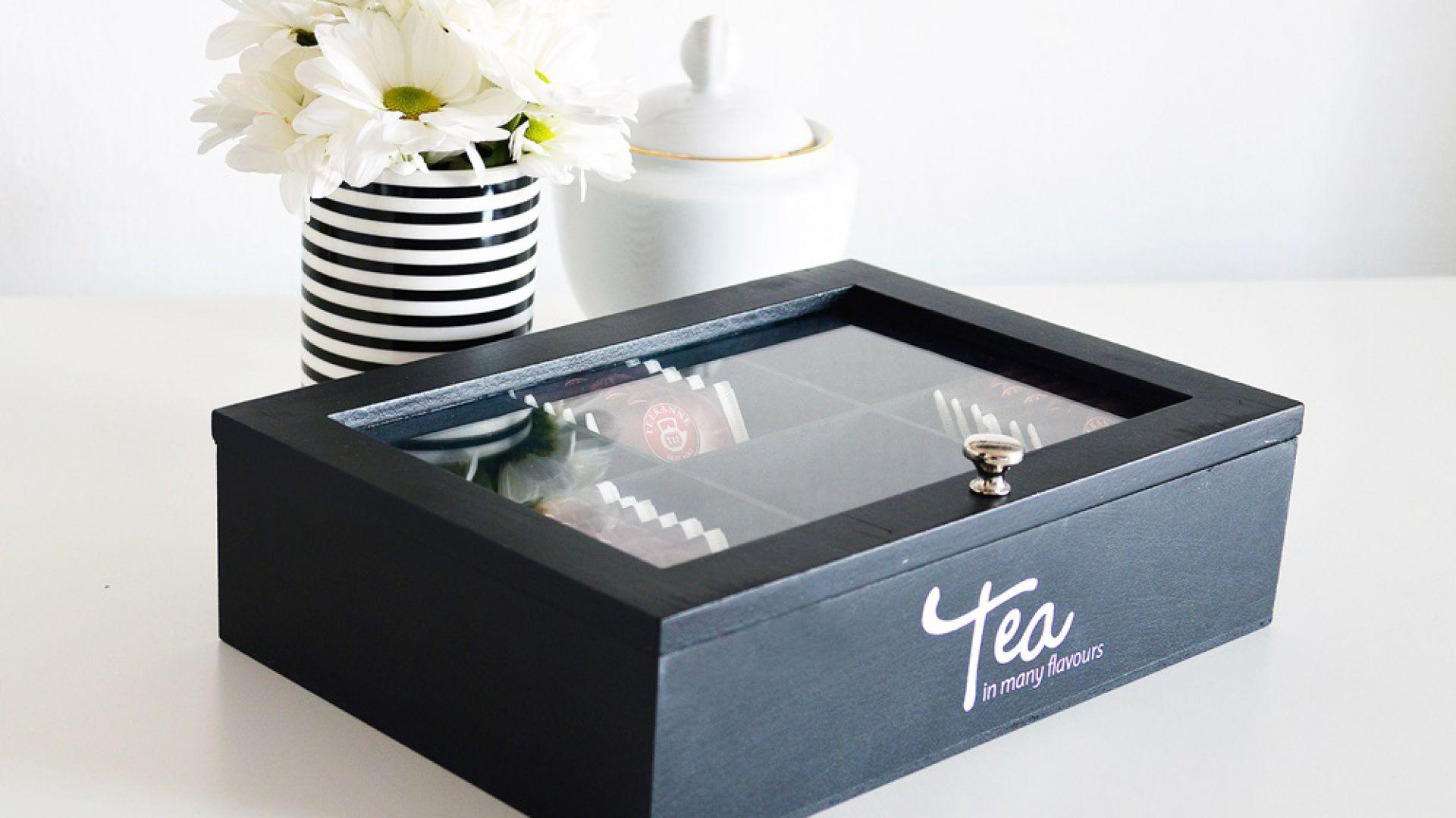Drewniana herbaciarka TEA z sześcioma przegródkami. Cena: 26,99 zł. Produkt dostępny w Emako.pl