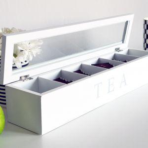 Drewniana, podłużna herbaciarka TEA z sześcioma przegródkami. Cena: 29,99 zł. Produkt dostępny w Emako.pl