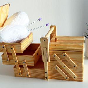 Drewniana niciarka z pięcioma 5 przegródkami. Wykonana z jasnego drewna. Pomieści wszystkie przybory do szycia lub inne drobiazgi. Cena: 49,99 zł. Produkt dostępny w Emako.pl