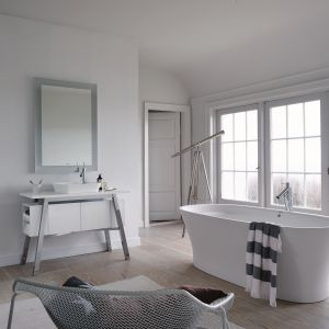 Przylądek Cape Cod, region piaszczystych plaż zainspirował Philippe Starcka do zaprojektowania serii wyposażenia łazienki o tej samej nazwie. Konsole umywalkowe z półkami oferowane w lakierowanej na wysoki połysk bieli oraz w czterech dekorach drewna. Fot. Duravit