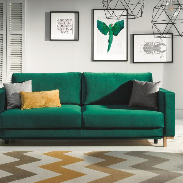 Salon w kolorach dżungli: modne meble tapicerowane