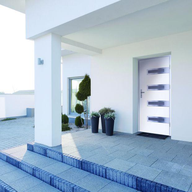 Drzwi zewnętrzne - urok drewna czy odporność metalu?