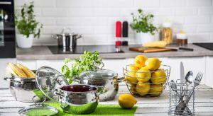 Przyrządzanie pysznych posiłków i serwowanie ich najbliższym może być nie lada wyzwaniem dla osób, które dopiero rozpoczynają swoją przygodę w kuchni. Odpowiednie akcesoria oraz sprzęt mogą jednak znacznie ułatwić gotowanie.