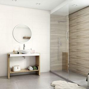 Inspirowana naturą kolekcja płytek ściennych Daikiri (25x75 cm) nawiązuje grafiką do geometrii surowego drewna. Fot. Ceramika Paradyż