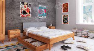 Kolekcja do sypialni z litego drewna bukowego GREG nawiązuje do stylu retro, ale w nietuzinkowej formie. Produkt zgłoszony do konkursu Dobry Design 2018.