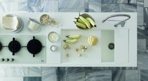 Od zawsze integralnym elementem każdej kuchni jest blat, który kiedyś był wyłącznie przestrzenią roboczą, a teraz jest także miejscem montażu kuchennych urządzeń, od zlewozmywaka, przez płytę grzewczą, aż do nowoczesnych okapów nablatowyc