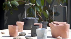 Jak podkreślić urok jesieni? Sięgnij po piękną porcelanę: wazony będą idealne na jesienne kwiaty i liście, a w czajniczkach i filiżankach podasz gorącą herbatę po powrocie z wrześniowego spaceru.