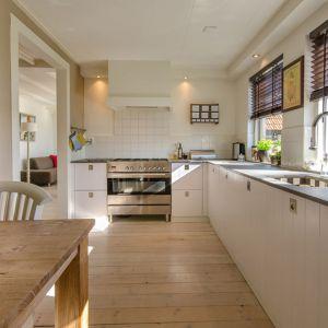 Podłoga w kuchni: drewno. Fot. Pexels
