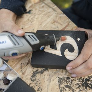 Korzystając z końcówki do szlifowania 932 , wyrównaj powierzchnię cyfry. Możesz ją także zaimpregnować bezbarwnym środkiem do impregnacji drewna. Fot. Bosch