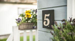 Często to detale decydują o stylu naszego domu. Własnoręcznie wykonana tabliczka z jego numerem będzie ciekawym elementem elewacji.