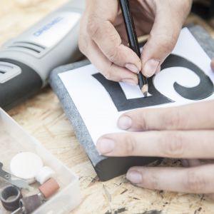 Wydrukuj na kartce papieru wybrany numer i wykorzystując kalkę, przekopiuj go na deseczkę. Fot. Bosch