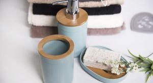 Funkcjonalne przybory łazienkowe powinny znaleźć się w każdej łazience. Kubki, dozowniki, mydelniczki, półki, wieszaki i komplety WC dobrane do kształtu i stylu mebli, ceramiki oraz armatury, są doskonałym uzupełnieniem aranżacji wnętrza.