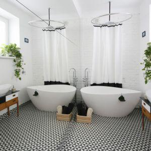 Wanna wolno stojąca w łazience. Projekt: Ewelina Pik. Fot. Bartosz Jarosz