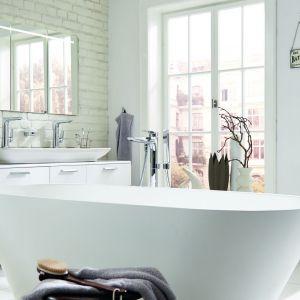 Wanna wolno stojąca w łazience. Na zdjęciu: wanna z serii Vigour white.